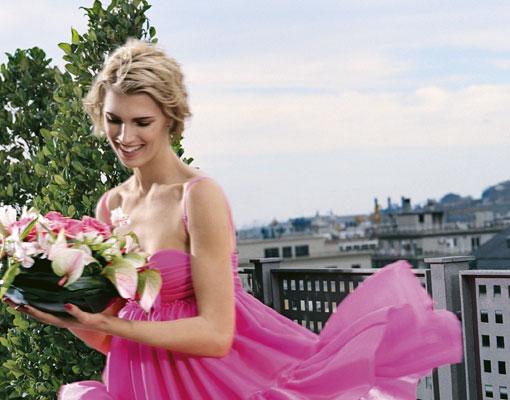 Rosa y radiante va la novia