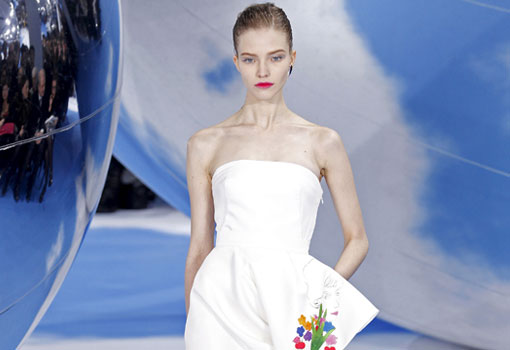 Foto: Dior / ¡No te pierdas nuestro manual de uso del escote palabra de honor para novias!