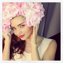 Miranda Kerr con corona de flores -- TELVA