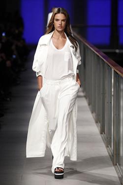 Minimalismo 90s con un twist  by MANGO en la 080 BCN Fashion