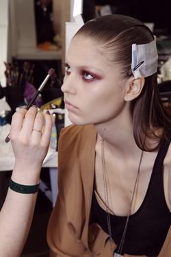 Modelo backstage Gucci, maquillaje glitter