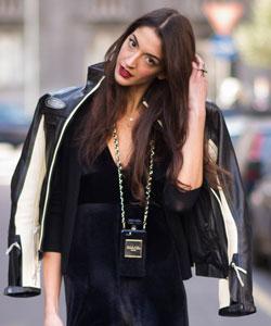 Chica con movil de Chanel