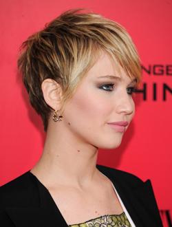 Jennifer Lawrence con pelo corto y vestido negro