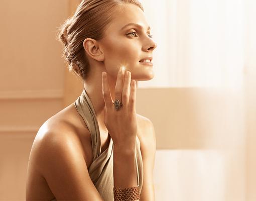 Modelo de Estee Lauder con piel perfecta y pelo recogido en un moño