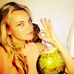 Carol Trentini con zumo de coco
