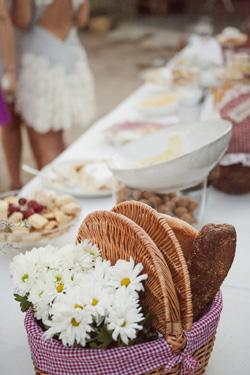 Detalle mesa de boda decorada con cesta de picnic