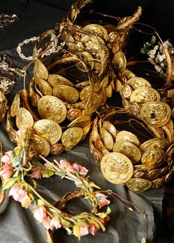 83240c70f036 Se llevan las joyas doradas