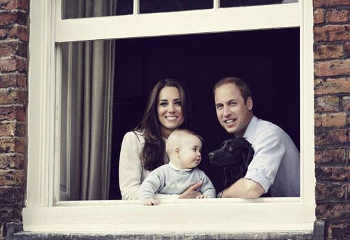 Los Duques de Cambridge posan con el pequeño Jorge