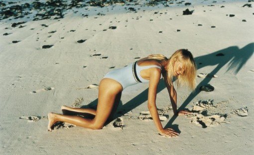 Modelo en bañador en la playa