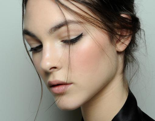 Modelo con eyeliner