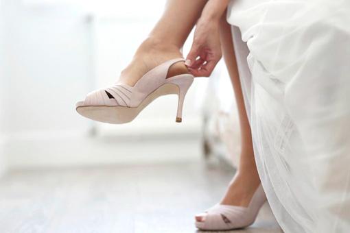 Una novia poniéndose sus zapatos