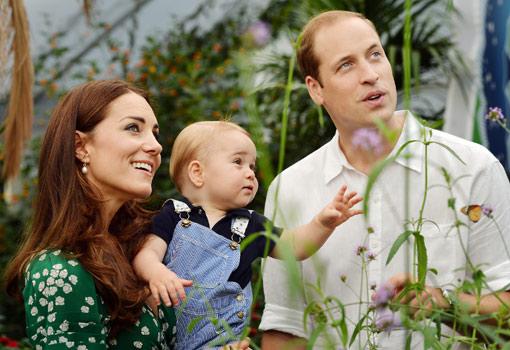George de Inglaterra junto a sus padres