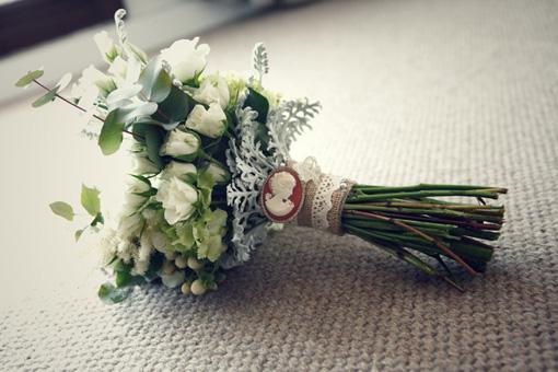 Ramo de novia con un medallón antiguo.