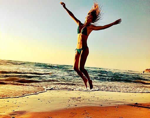 Descubre qué se llevan a la playa las chicas de TELVA.com (Foto: Instagram Bar Refaeli)