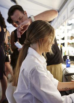 El estilista José Marqués fijando la coleta baja de Aida Artiles.
