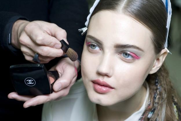 modelo de chanel con eyeliner rosa