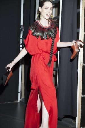 Modelo en el Backstage de MBFWM con zapatos en la mano después de desfilar
