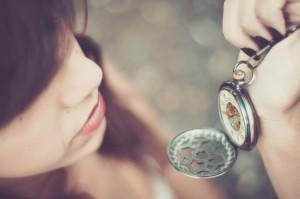 Chica mirando el paso del tiempo