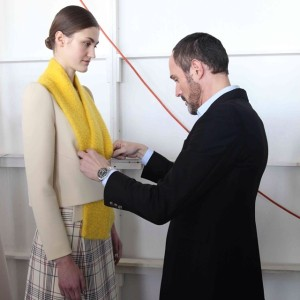 Josep Font probando una prenda a una modelo