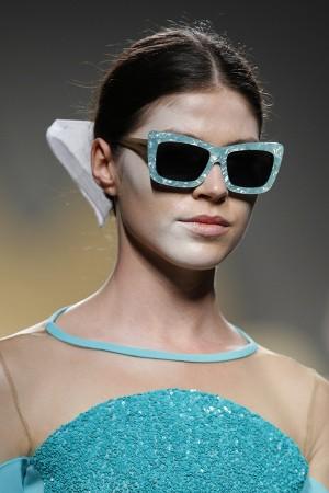 Modelo del desfile PV2015 de Ana Locking con gafas de sol y recogido.