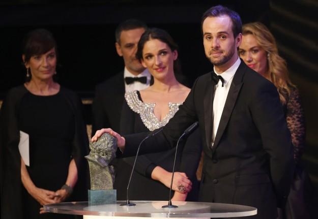 Curro, Casilda y Lucía S. Varela recogiendo su premio Goya.