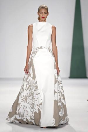 Modelo con vestido blanco de Carolina Herrera
