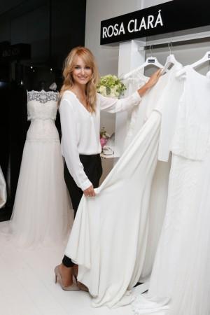 Alba Carrillo con vestidos de novia en el atelier de Rosa Clará.