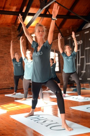 Vanessa Lorenzo practicando yoga.