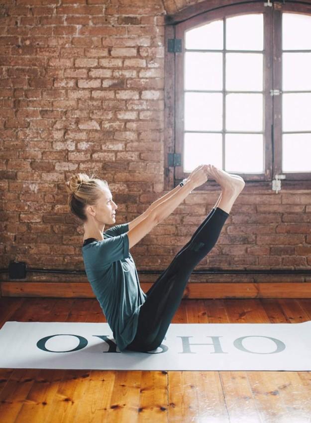 Vanessa Lorenzo practicando yoga ashtanga.