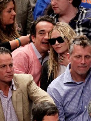 Mary Kate Olsen y Olivier Sarkozy haciéndose arrumacos en un partido.