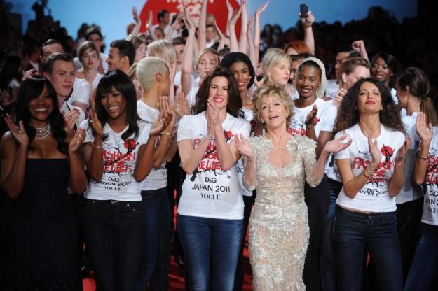 Naomi Campbell junto a Jane Fonda en el desfile