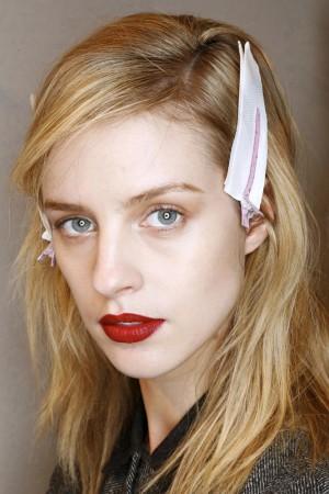 Modelo con labios rojos.