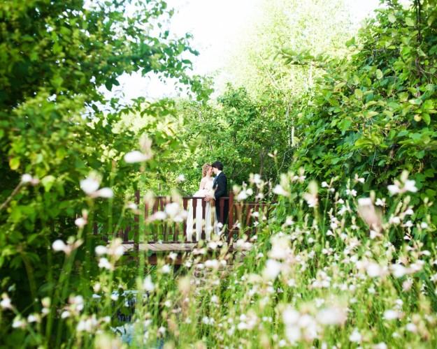 Dos novios en un jardín.