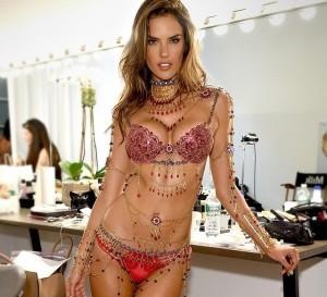 Alessandra Ambrosio con el sujetador y braguita joya de rubíes y oro de 18 kilates
