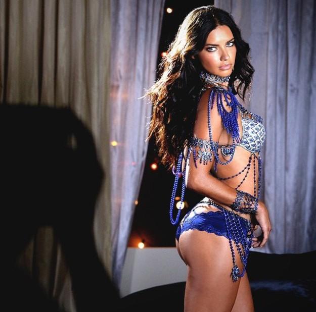 Adriana Lima con el conjunto de zafiros y diamantes en azules.