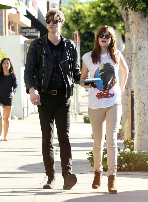 Dakota con su auténtico novio, el músico Matthew Hitt, paseando por Los Ángeles.