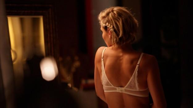 Elsa Pataky, de espaldas en lencería.