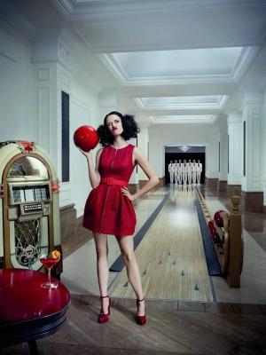 Eva Green en una bolera. La fotografía que ilustra el mes de agosto en el Calendario Campari 2015.