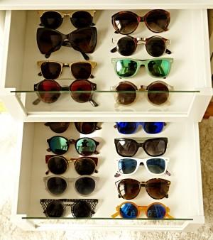Entre sus 1001 gafas: Tom Ford, Ray Ban, Mr- Boho, Marc Jacobs y Styligion.