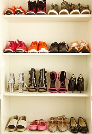 En su zapatero: Nike, Adidas, BCBG, Zara, Mas34, Louis Vuitton, Chanel y Valentino