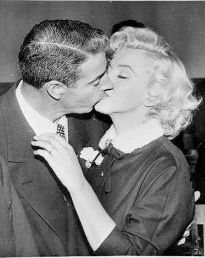 Marilyn Monroe y Joe DiMaggio besándose.