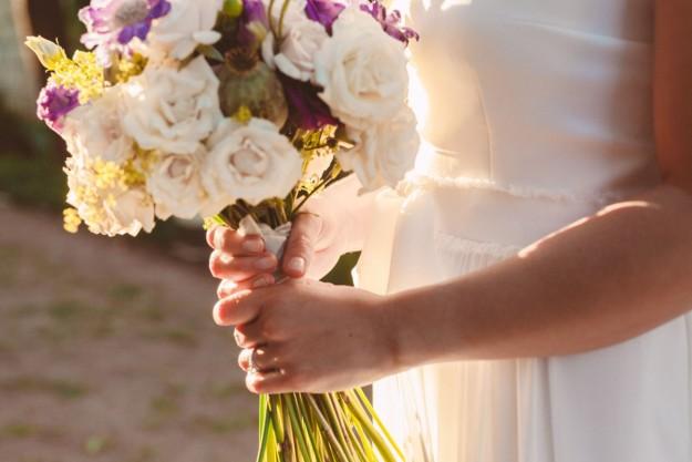Una novia sosteniendo un ramo de flores.