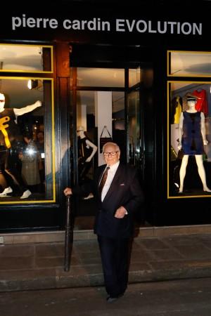 Pierre Cardin en la puerta del Museo Pierre Cardin.