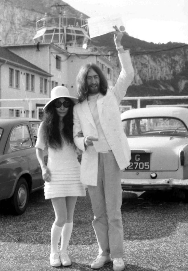 Yoko Ono y John Lennon, recién casados en Gibraltar.