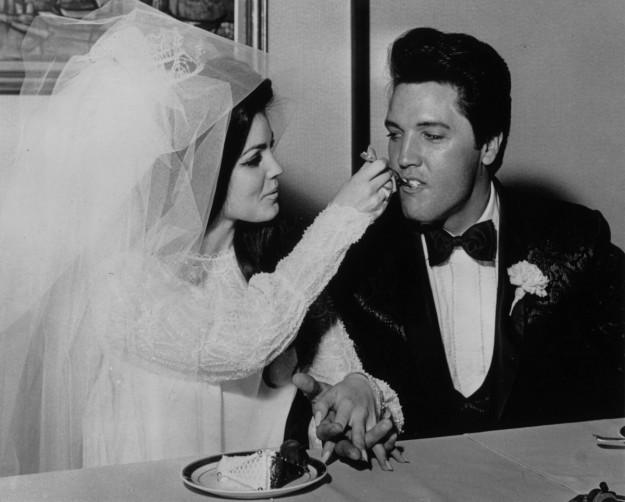 Elvis y Priscilla Presley el dia de su boda.