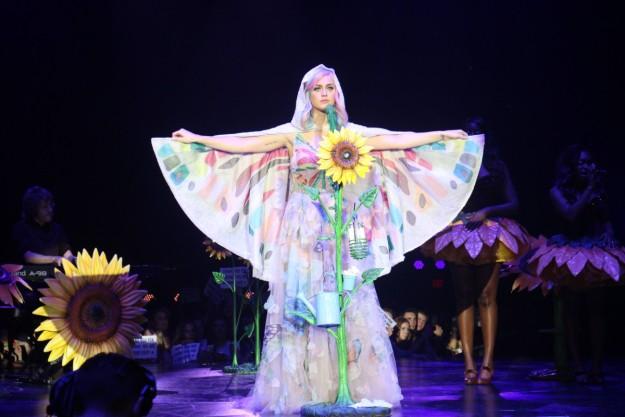 Katy Perry disfrazada de hippie en un concierto.
