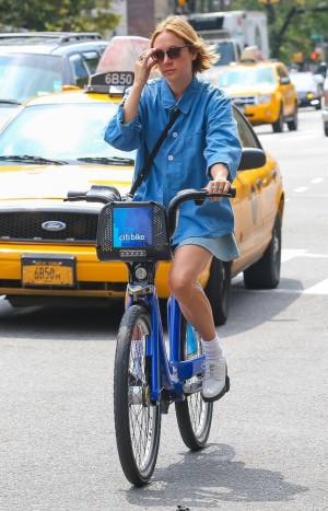 Chloë en bici por las calles de Nueva York.