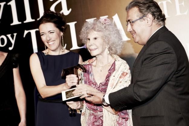 Olga Ruiz junto al alcalde de Sevilla y la Duquesa de Alba.