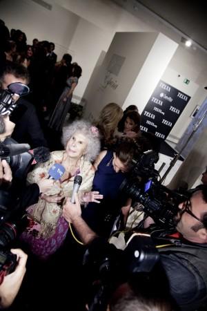 La duquesa de Alba atendiendo a los medios.