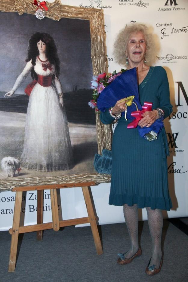 Cayetana de Alba junto al retrato pintado por Goya.